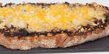 Tosta de morcilla con queso Cheddar